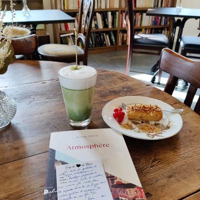*Goûter végan et atmosphère*  Après ce matin pluvieux, quoi de plus réconfortant qu'un matcha latte au lait d'amandes accompagné d'un financier végan aux noisettes grillées et de cette belle lecture de la rentrée littéraire ? Nous on adore 😍  ❤️🧓 DansAtmosphère, Jenny Offill nous donne à contempler la vie de Lizzie, bibliothécaire à Brooklyn. Bribes de quotidien, fragments de savoirs utiles et inutiles, la lecture prête à la méditation tant les rencontres et réflexions sur la vie et le monde sont nombreuses et enrichissantes ; avec comme fil conducteur les réponses de Lizzie aux interrogations d'inconnus (plus ou moins illuminés), les découvertes et expériences de son fils Eli, l'addiction de son frère... ses peurs aussi, bien humaines et compréhensibles.  A lire d'une traite ou à picorer, un véritable délice porté par la personnalité fantasque et sensible de Lizzie.  Et nous le recommandons fortement accompagné d'un goûter, association testée et approuvée 😋  #vegan #goûter #coupdecoeurlittéraire #rentreelitteraire2021 #réconfort #teatime  #litteratureetrangere #unmomentchezmeme #mougins #jennyoffill #atmosphere